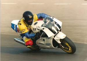 Steve on his kawasaki ZXR400 on his way to third place in the British National 400 Championship
